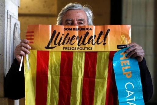 Un manifestante el día en que Carles Puigdemont declaró ante el juez en Bruselas.