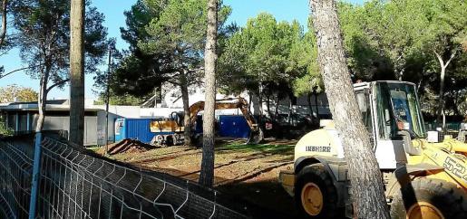 Imagen de los movimientos de tierras iniciados ayer en la parcela donde su ubicará el edificio de la tercera edad.