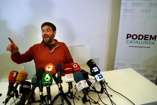 El secretario general de Podem Catalunya, durante la rueda de prensa en la que anunció que dimitía de su cargo por desacuerdos con la dirección estatal.