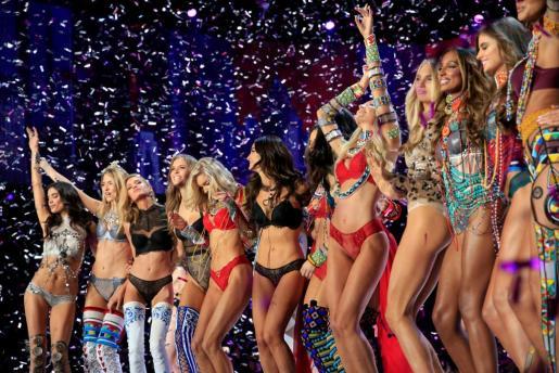 Las modelos de Victoria's Secret sobre el escenario.