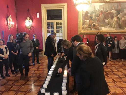 El Parlament enciende 44 velas por las víctimas de la violencia machista en 2017.