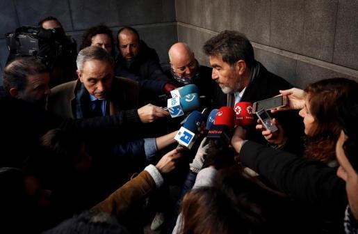 Los abogados de la joven madrileña que denunció haber sufrido una violación grupal en los sanfermines del 2016, Miguel Angel Morán (d) y Carlos Bacaicoa (i), atienden a los periodistas a su llegada al Palacio de Justicia de Navarra.