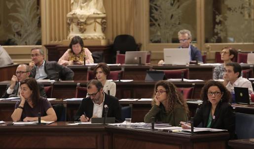 Bancada del Govern en el Parlament.     FOTO: P. BOTA