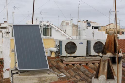 Imagen de una placa solar instalada en una vivienda.