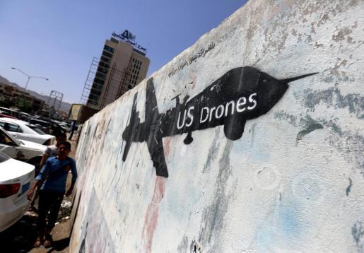 Fotografía de archivo con fecha del 17 de octubre de 2017 que muestra un mural con la silueta de un dron estadounidense en un muro de Saná (Yemen).