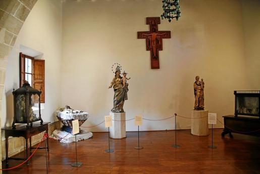 Algunas de las piezas del conjunto de imágenes de la Virgen que se exhibe estos días en el monasterio de Santa Clara.