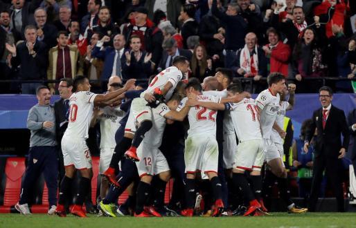 Los jugadores del Sevilla celebrando el tanto del empate.