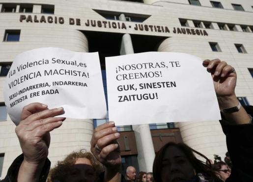 Decenas de personas se han concentrado ante el Palacio de Justicia de Navarra coincidiendo con la declaración ante el tribunal de los cinco jóvenes acusados de una supuesta violación de una joven de 18 años en los Sanfermines del 2016.