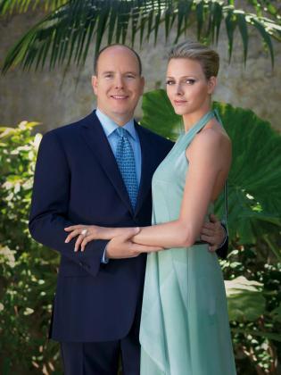 Fotografía facilitada por la casa real del Principado de Mónaco que muestra al príncipe Alberto II y a su ya prometida Charlene Wittstock.