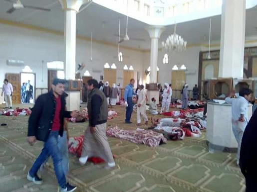 Varios cuerpos sin vida en el interior de la mezquita atacada en la ciudad de Al Arish, en el Sinaí egipcio.