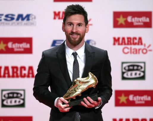 El futbolista argentino del Barcelona posa con el galardón.