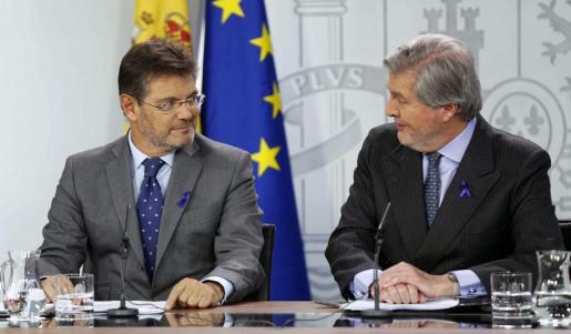 El portavoz del Gobierno, Íñigo Méndez de Vigo (d), y el ministro de Justicia, Rafael Catalá, durante la rueda de prensa posterior a la reunión del Consejo de Ministros.