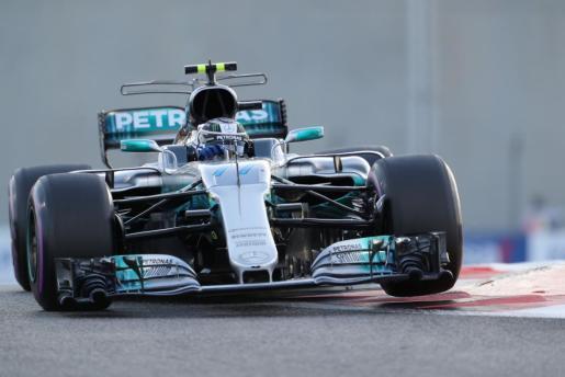 El finlandés Valtteri Bottas conduce su Mercedes durante la sesión de clasificación del Gran Premio de Abu Dabi de Fórmula 1.