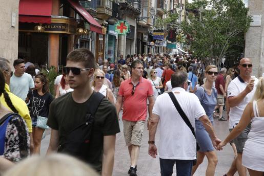 Turistas paseando por las calles del centro de la capital balear.