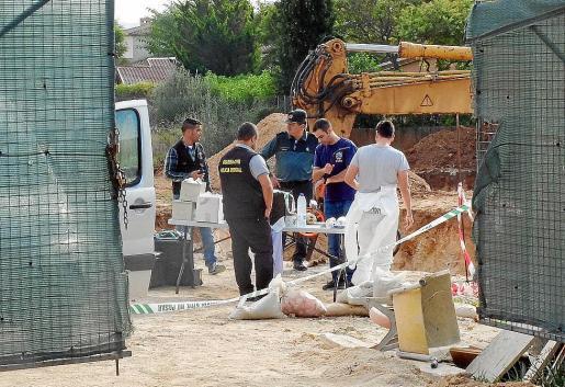 Los agentes analizan los restos en la obra poco después de su hallazgo.
