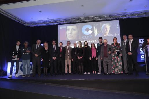 Galardonados, las autoridades y los directivos de Cope Mallorca, durante la gala de entrega de los galardones.