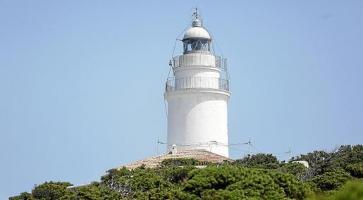 La icónica imagen del faro que corona la isla de sa Conillera, el mayor de los islotes de Ponent, frente a la costa de Sant Antoni.