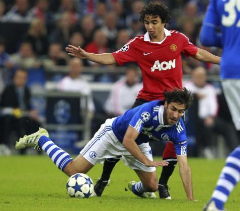 El delantero español del FC Schalke 04 Raúl Gonzalez (delante) lucha por el balón con el brasileño Fábio Pereira da Silva (atrás) del Manchester United.