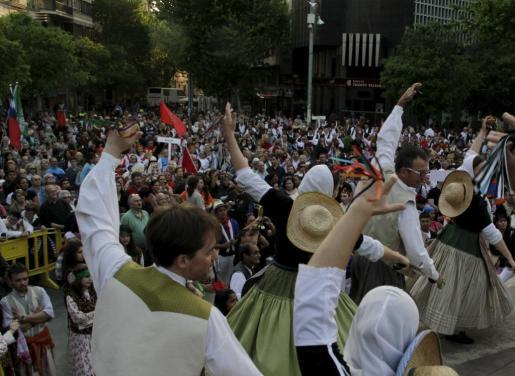 Cientos de personas llenaron la Plaça d'Espanya en la inauguración.
