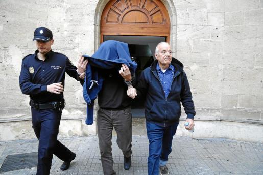 Bartolomé Cursach –a la derecha– y Bartolomé Sbert, el lunes al salir de sus declaraciones. La testigo que acreditaba supuestos pagos a políticos por su parte ha denunciado en apenas dos meses a cuatro mandos de la Policía Nacional, de los más respetados en la Jefatura.