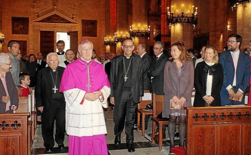 El obispo, a su entrada en la Catedral ante la emocionada mirada de su madre y en presencia de las primeras autoridades civiles.