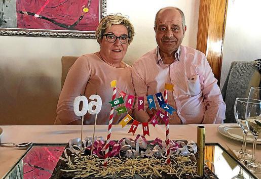 María Boter y Tolo Oliver, ante la tarta de cumpleaños.