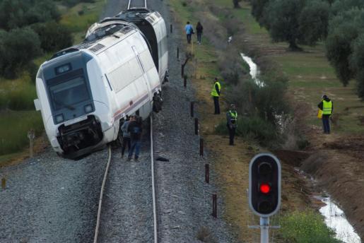 Tren de pasajeros de la línea Málaga-Sevilla tras descarrilar a su paso por la localidad de Arahal.