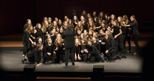 Los cuatro coros del Teatre Principal de Palma suben juntos al escenario para el Concert de Nadal.
