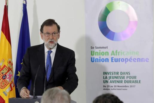 El presidente del Gobierno, Mariano Rajoy, durante la rueda de prensa que ha ofrecido este jueves en el marco de la V Cumbre Unión Africana-Unión Europea (UA-UE) que se ha celebrado en Abiyán (Costa de Marfil).
