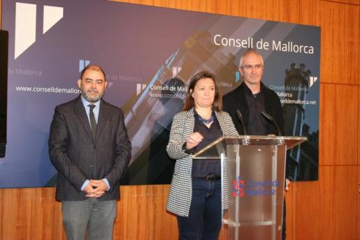 La consellera del Territorio e Infraestructuras del Consell de Mallorca, Mercedes Garrido, y el conseller de Economía y Hacienda, Cosme Bonet (i), han presentado este jueves el PECM, que será aprobado por el pleno de la institución el próximo 14 de diciembre.