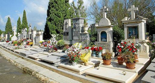 Imagen de un grupo de tumbas en el cementerio de Palma.