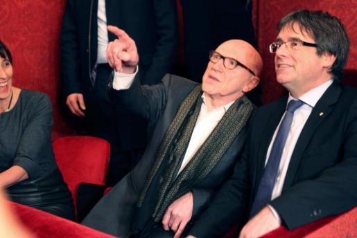 El expresidente de la Generalitat de Cataluña Carles Puigdemont (d) asistió la noche de este miércoles, junto a su abogado Paul Bekaert, a la representación de la obra 'El duque de Alba' en la Ópera de Gante.