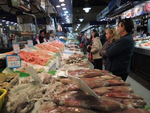 La sección de pescadería tiene estos días muchos compradores.