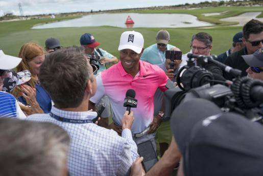 Tiger Woods atendiendo a los medios de comunicación.