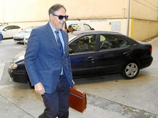 El titular del Juzgado de Instrucción 12 de Palma, Manuel Penalva, a su llegada a Vía Alemania para tomar declaración a Cursach y Sbert el pasado lunes.