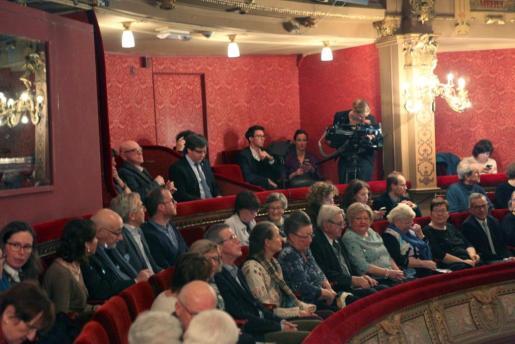 """El expresidente de la Generalitat de Cataluña Carles Puigdemont (última fila- 2i) ha asistido este jueves a la representación de la obra """"El duque de Alba"""" en la Ópera de Gante."""