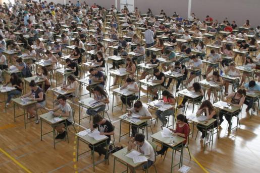 Estudiantes realizando las pruebas de selectividad en la UIB.