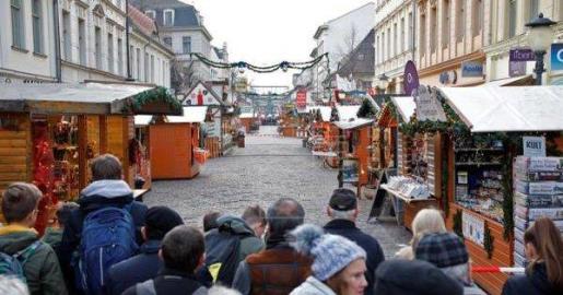 La policía ha desalojado a los ciudadanos que visitaban el mercadillo navidello de la ciudad de Potsdman.