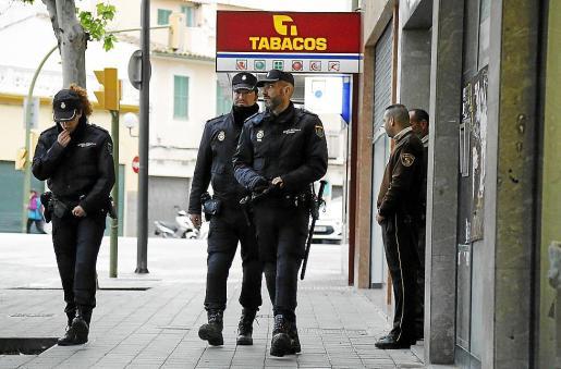 La Policía Nacional está buscando a los cuatro implicados en el asalto.