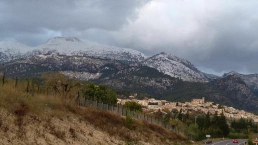 La Serra de Tramuntana ha amanecido este sábado cubierta de nieve.