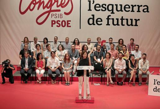 La imagen es de la jornada de clausura del congreso del PSIB del pasado julio. La dirección del partido incluye a personas de la total confianza de Armengol, tanto en el Govern como en el Parlament y en su equipo de Presidència del Consolat.