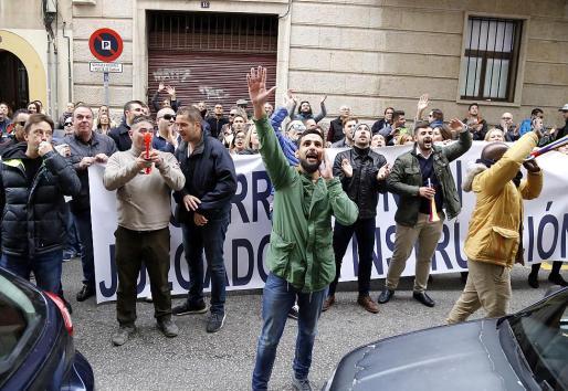 Los participantes gritan en la calle frente al despacho del juez Penalva.