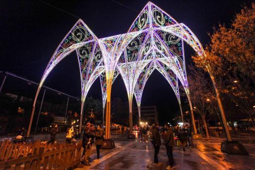 Una de las decoraciones navideñas de este año en la Plaza Antoni Albert i Nieto.