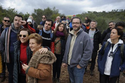 El exalcalde y regidor de Urbanisme del Ajuntament de Palma, José Hila, y la regidora de Ecologia, Agricultura i Bienestar Animal, Neus Truyol acudieron a la manifestación en contra de la construcción de dos torres eléctricas en el barrio de Son Puig de Palma.