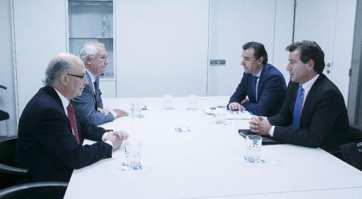 Company (derecha) ha mantenido un encuentro con el ministro en la sede nacional del PP.