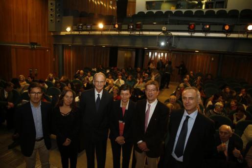 Jaime Canudas, Maria Ramos, Stephanos Geroulanos, Carme Serra, Antoni Real y Carles Amengual, minutos antes del inicio de la 'IV Jornada Unesco de la Dieta Mediterránea', que se celebró en el salón de actos del Centre de Cultura Sa Nostra.