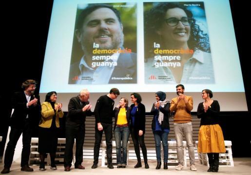 El exconseller Carles Mundó (4i), liberado bajo fianza este lunes, junto a la presidenta del Parlament, Carme Forcadell y la secretaria general de ERC y candidata, Marta Rovira entre otros, durante el acto de inicio de campaña.