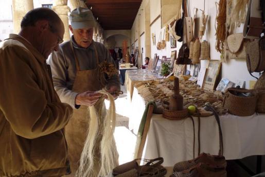 La artesanía se concentra en el claustro del convento de Sant Francesc.