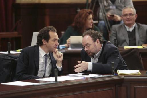 El socialista Damià Borràs (PSIB), con el conseller Marc Pons, en un momento del pleno.
