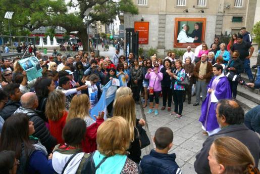 Familiares y amigos de los 44 tripulantes argentinos del submarino ARA San Juan desaparecido oran a la conclusión de una marcha en la ciudad de Mar del Plata, donde tenía su base el sumergible.